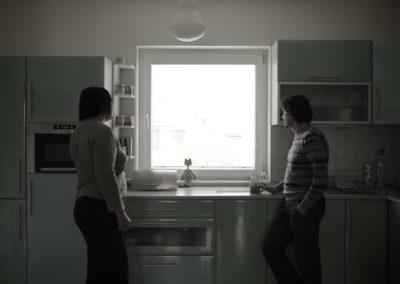 Jaro Vojtek pri nakrúcaní so Silviinou mamou (Tak ďaleko, tak blízko)